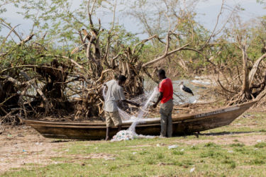 Kalastajia selvittelemässä verkkoja